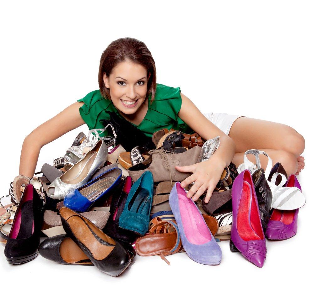 Resultado de imagem para mulher com muitos sapatos